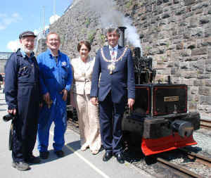 Chaloner_F&WHR23-7-11Caernarfon with mayor.jpg (120977 bytes)