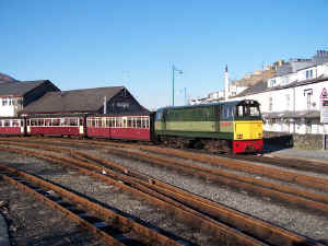 Vale of Ffestiniog_BWH29-1-11PH draws train onto Cob.jpg (97992 bytes)